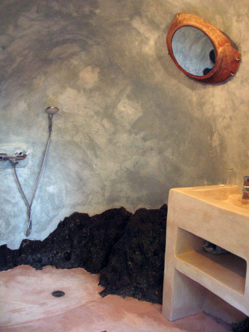 Σπηλάδι με λουτρο-σπηλιά στο Μανδράκι